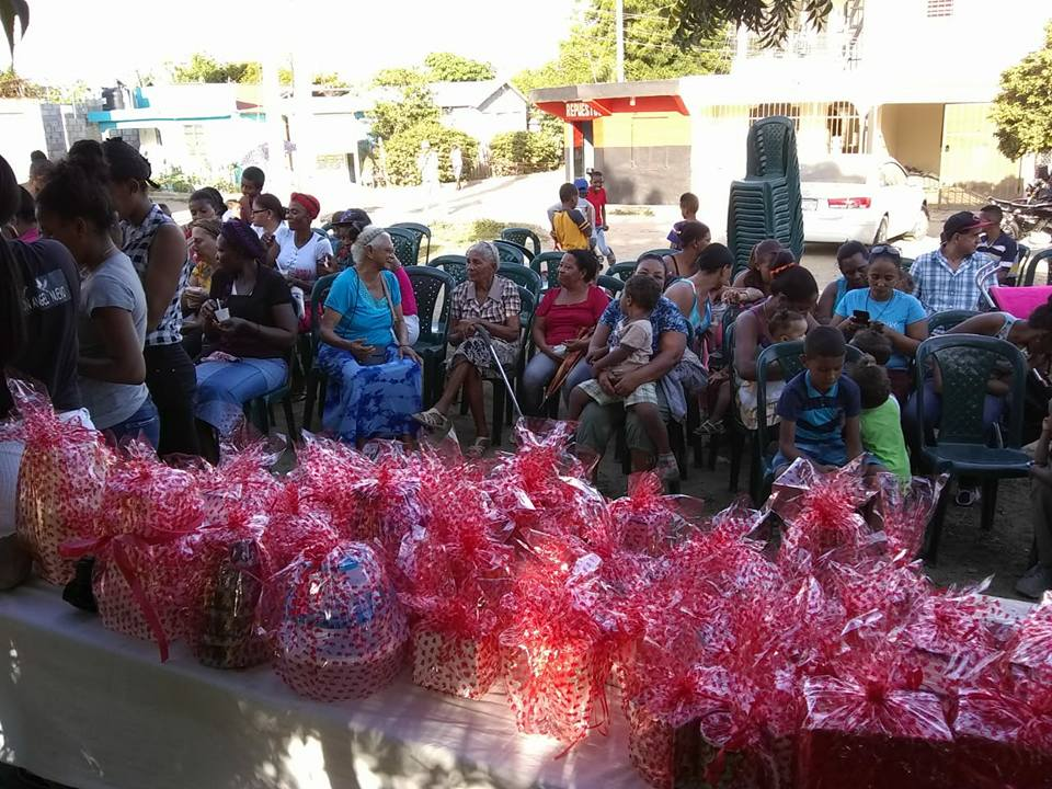 Alcaldesa realiza entrega de regalos por motivo del Día de las Madres