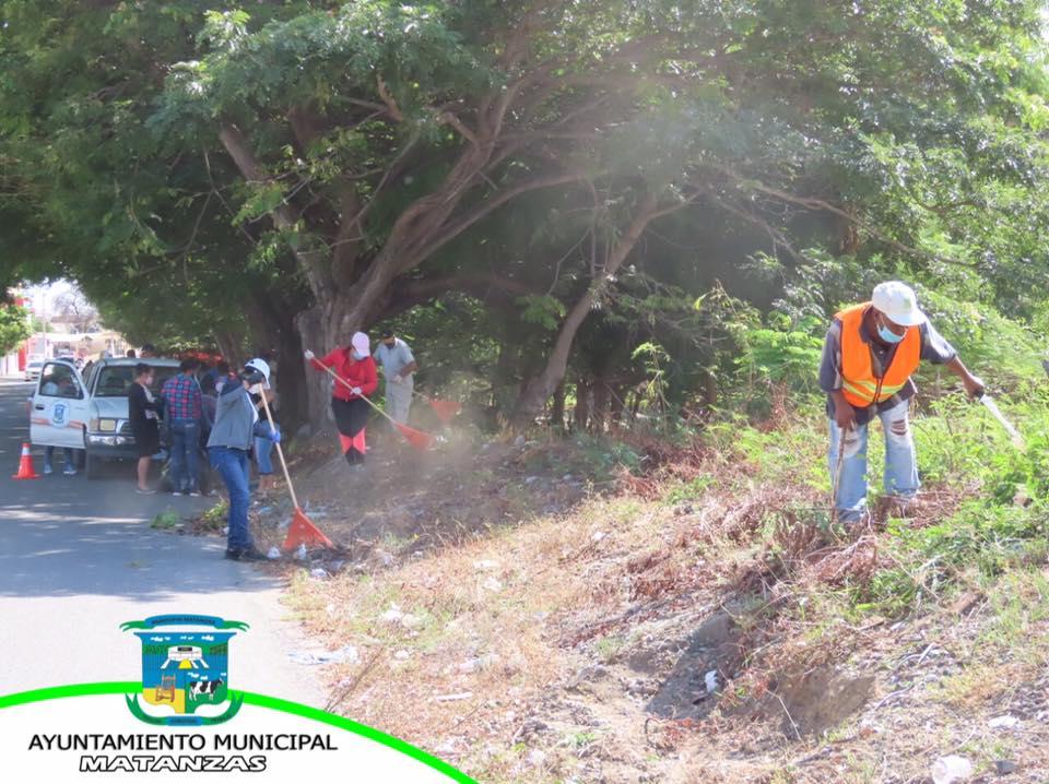 Continuamos con el operativo de limpieza en el tramo de la carretera principal Matanzas-Los Tumbaos